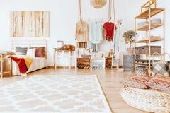 Chambre à coucher confortable spacieuse photo stock