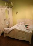 Chambre à coucher crème avec des roses image stock