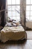 Chambre à coucher décorée dans un style de boho avec beaucoup d'oreillers Photos stock