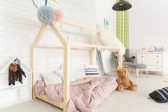 Chambre à coucher d'enfant avec le lit diy photos libres de droits