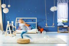 Chambre à coucher d'enfant avec le mur bleu images stock