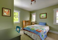 Chambre à coucher d'enfants avec le bureau et les murs verts. Image libre de droits