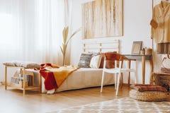 Chambre à coucher dans des couleurs arénacées photographie stock libre de droits