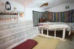Chambre à coucher dans la maison originale de troglodyte Image stock