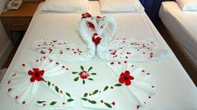arrangement romantique avec des p tales de rose sur le lit photo stock image du assez fuite. Black Bedroom Furniture Sets. Home Design Ideas