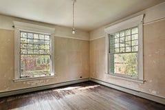 Chambre à coucher dans la vieille maison abandonnée photographie stock libre de droits