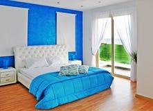 Chambre à coucher dans le bleu avec la vue de mer Photographie stock