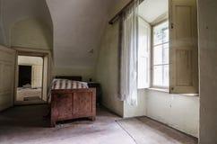 chambre à coucher dans le château abandonné Images libres de droits