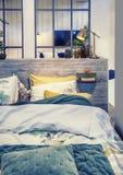 Chambre à coucher dans le style campagnard image libre de droits