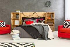 Chambre à coucher dans le style créatif avec des meubles de DIY images libres de droits