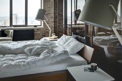 Chambre à coucher dans le style de grenier Photos stock