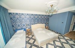 Chambre à coucher dans une chambre pour une personne standard dans l'hôtel cinq étoiles dans Kranevo, Bulgarie Photographie stock libre de droits