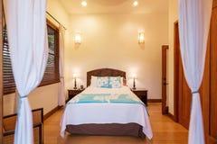 Chambre à coucher dans une maison de luxe photo stock