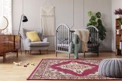 chambre à coucher de bébé avec les meubles de cru, vraie photo avec l'espace de copie photos libres de droits
