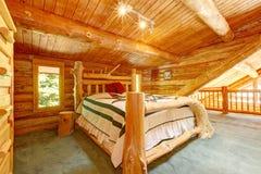 Chambre à coucher de cabine de log sous le grand plafond en bois. photographie stock