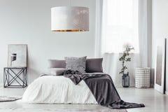 Chambre à coucher de concepteur avec la lampe blanche image stock