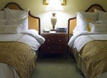 Chambre à coucher de deux bâtis avec la table de chevet Photos stock
