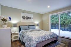 Chambre à coucher de deuxième étage avec des murs de taupe, lit bleu images stock