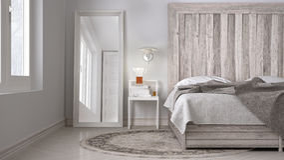 Chambre à coucher de DIY, lit avec la tête de lit en bois, eco blanc scandinave c photographie stock libre de droits