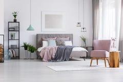 Chambre à coucher de femme avec des accents en pastel photo libre de droits