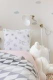 Chambre à coucher de fille avec la poupée Photo stock