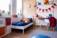 Chambre à coucher de l'adolescence conçue moderne de garçon photographie stock libre de droits