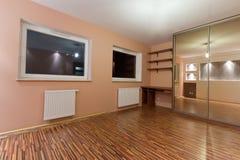 Chambre à coucher de l'appartement avec la garde-robe énorme Photo stock