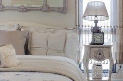 Chambre à coucher de luxe avec la lampe et l'horloge sur la table blanche Photos stock
