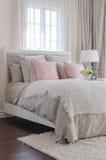 Chambre à coucher de luxe avec les oreillers roses sur le lit Images stock