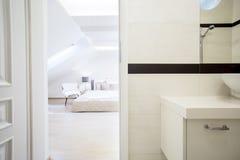 Chambre à coucher de luxe et spacieuse Photographie stock libre de droits