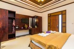 Chambre à coucher de luxe superbe d'hôtel photos libres de droits