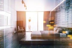 Chambre à coucher en bois blanche de grenier avec un poste TV, femme Photographie stock libre de droits