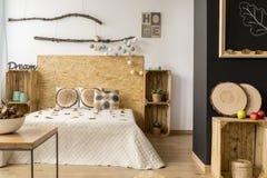 Chambre à coucher en bois confortable photo libre de droits