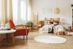 Chambre à coucher entièrement meublée photo libre de droits
