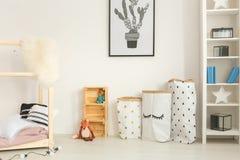 Chambre à coucher fonctionnelle et moderne d'enfant photos stock