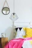 Chambre à coucher géométrique avec le miroir rond photographie stock libre de droits