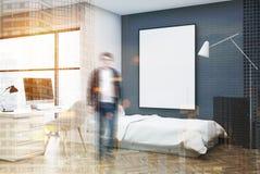 Chambre à coucher grise de brique, ordinateur et homme faisant le coin d'affiche Photo stock