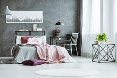Chambre à coucher grise de concepteur avec l'espace de travail Photographie stock libre de droits