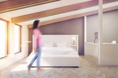 Chambre à coucher grise de grenier, plancher en bois, femme illustration libre de droits