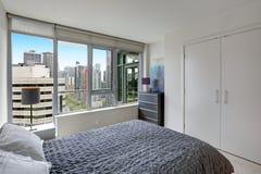 Chambre à coucher grise en appartement moderne avec le balcon privé Photos libres de droits
