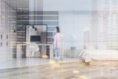 Chambre à coucher grise et blanche avec un siège social modifié la tonalité Photo stock