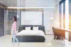 Chambre à coucher grise et blanche, grande affiche, double Photographie stock libre de droits