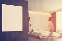 Chambre à coucher grise et concrète, affiche, plan rapproché modifié la tonalité Photographie stock libre de droits