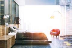 Chambre à coucher grise et en bois, côté gris de lit modifié la tonalité Images stock