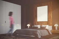 Chambre à coucher grise et en bois, tache floue verticale de côté d'affiche Photos stock