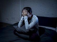 Chambre à coucher hispanique de femme à la maison se situant dans le lit tard la nuit essayant de dormir insomnie de souffrance image libre de droits