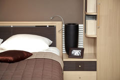 Chambre à coucher intérieure à la maison moderne Photographie stock libre de droits