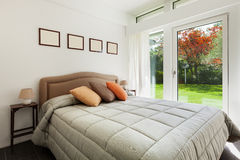 Chambre à coucher intérieure et confortable images libres de droits