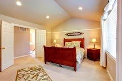 Chambre à coucher légère avec le plafond voûté photo stock