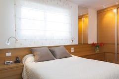 Chambre à coucher lumineuse de luxe Photographie stock
